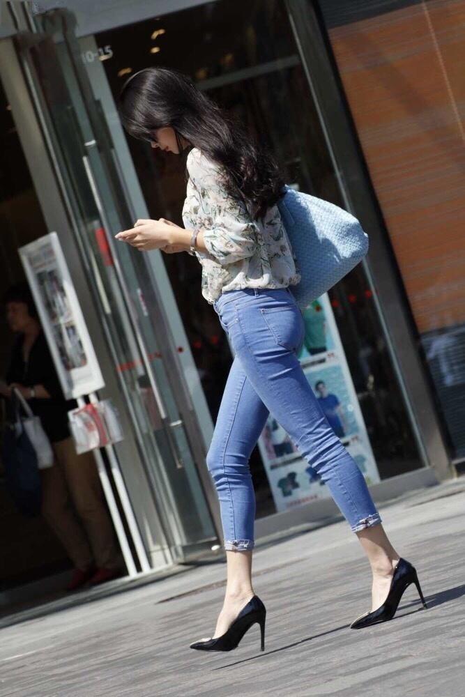 紧身牛仔裤_街拍美女 紧身牛仔裤 翘臀高跟鞋 ?