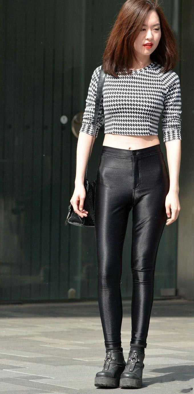 美女阳光凹凸皮裤黑色下气质有致的壁纸让人羡iphone身材美女手机图片
