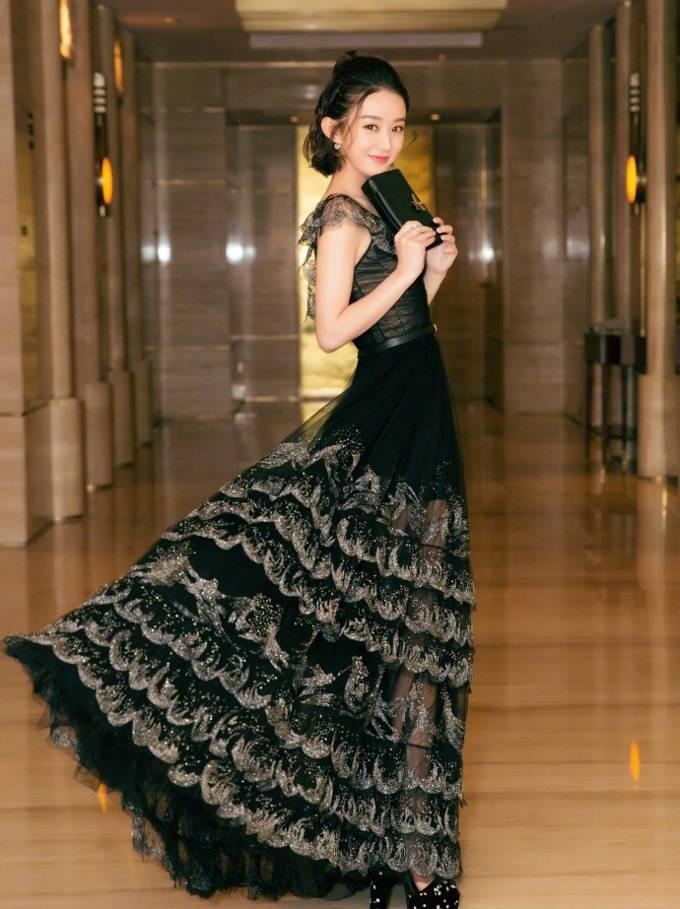这样一条黑色的裙子,赵丽颖穿出的却是甜美可爱,甜甜的外表果然加分