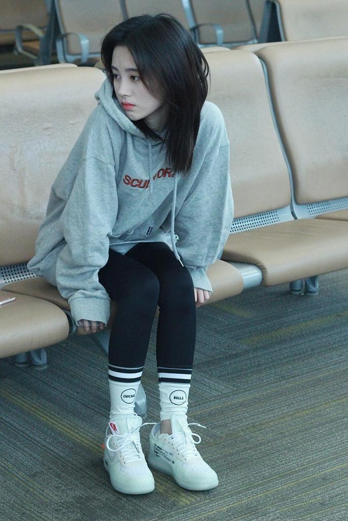 鞠婧祎灰色连帽卫衣搭黑色紧身裤现身 网友:清纯的中学生