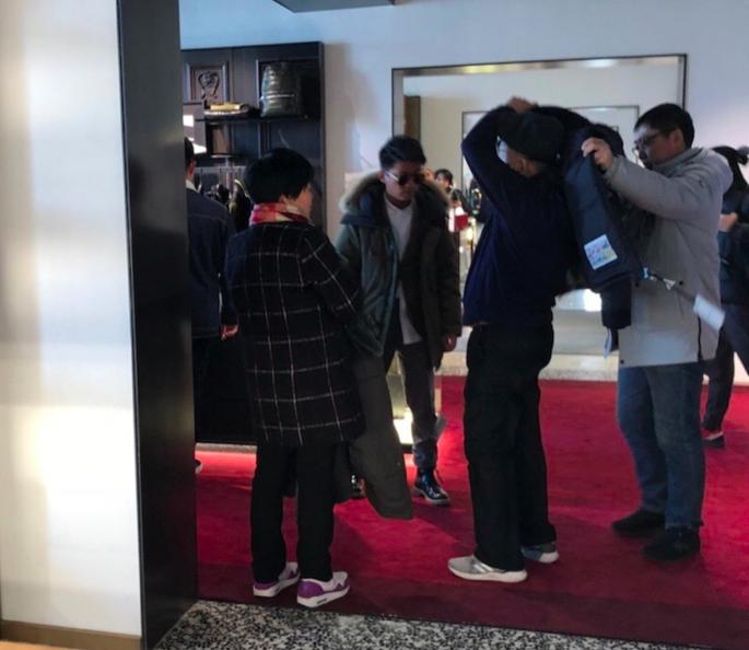 王宝强带父母出国游,逛的都是奢侈品,一家人其乐融融