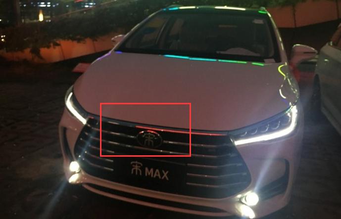 车子内部所有的按键都有亮灯,在晚上开车真的很方便,比亚迪max虽然是