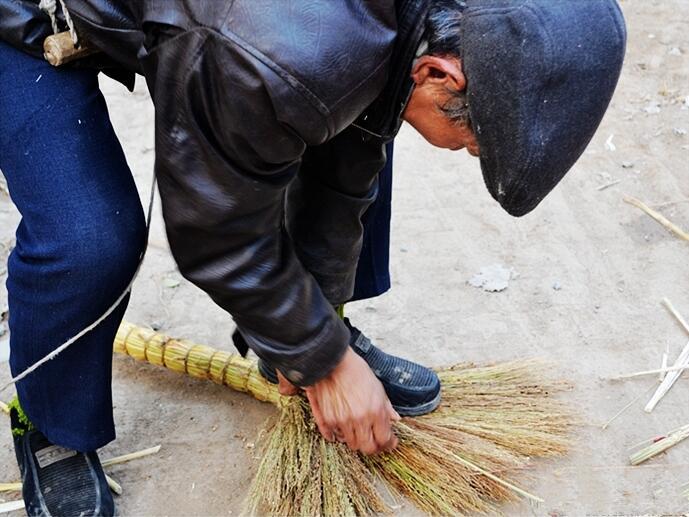 小时候常见的笤帚,已被塑料扫帚所延续