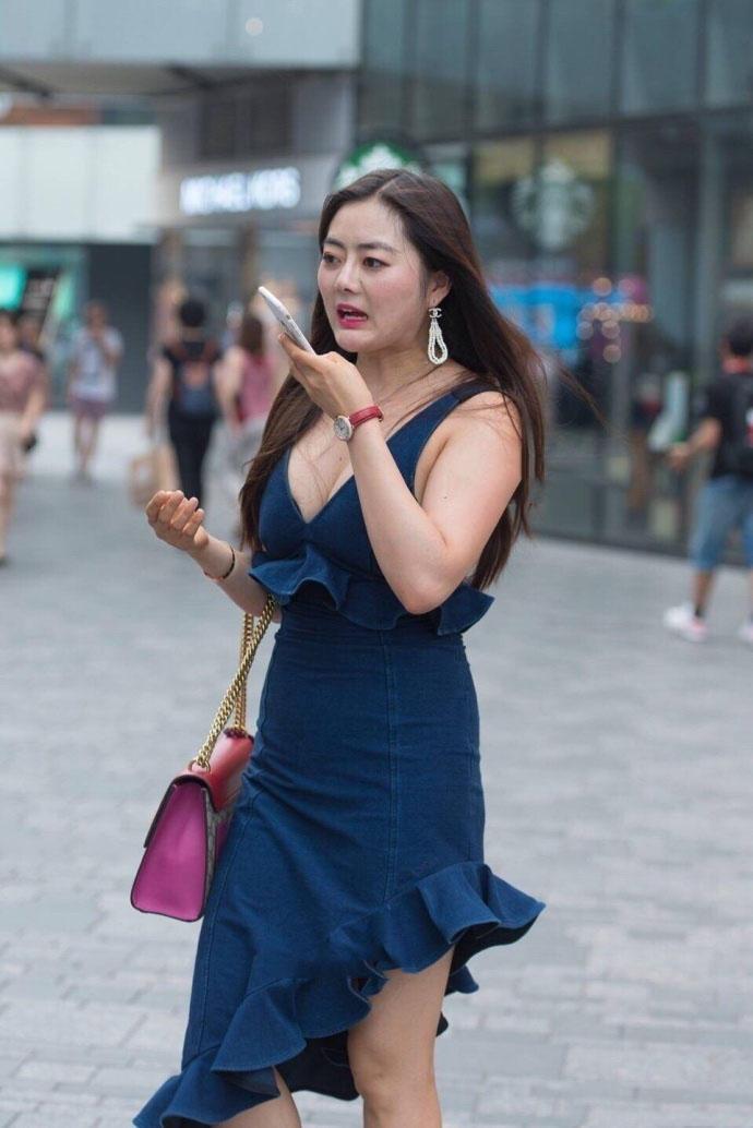 柔美妖娆的手机妹,丰满女人紧裹的翘臀让人心动不已