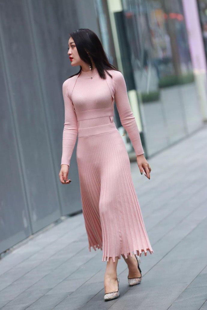 街拍完美身姿的性感女人, 贴身长裙紧裹凹凸有致身躯
