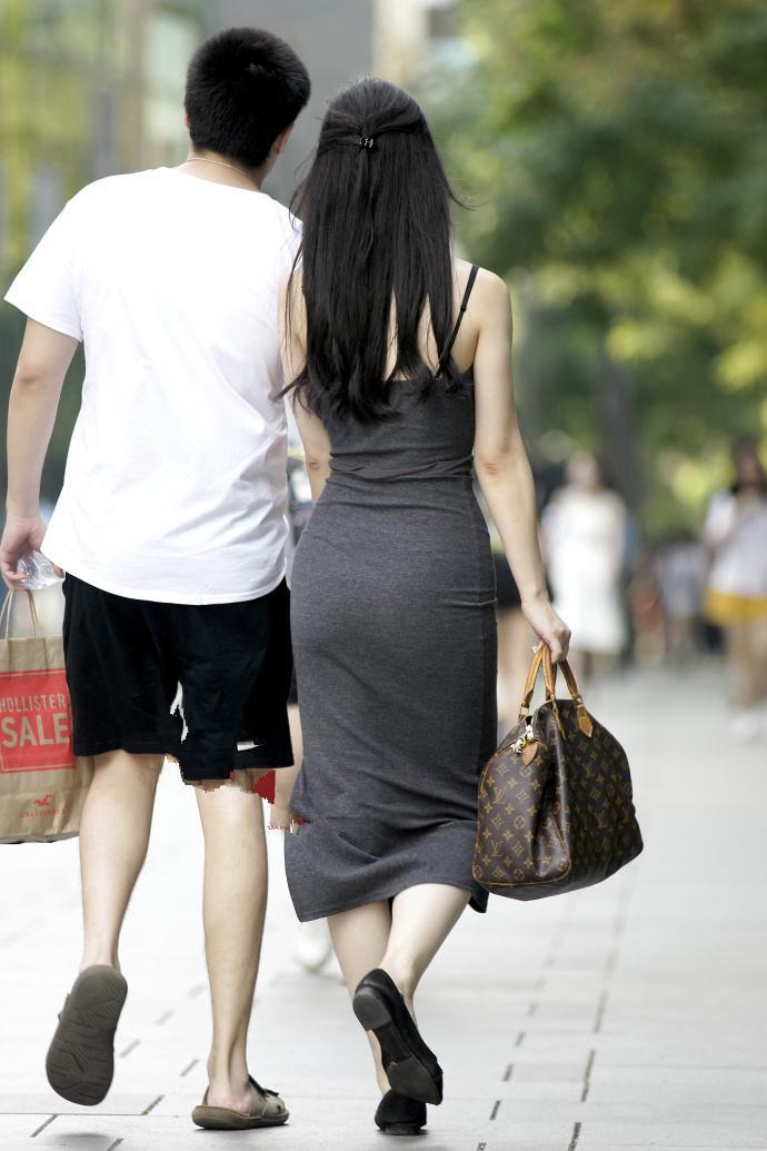 美女激情一身少妇包臀裙私房,光看紧身就足够迷人了吊带照灰色背影图片