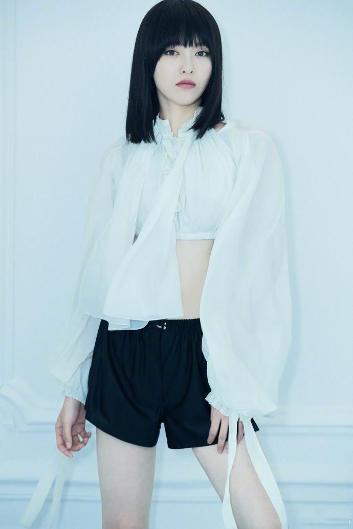 唐嫣齐刘海发型拍写真显稚嫩,罕见露小腹两个表情显内心小波动