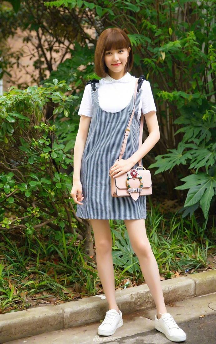 唐嫣时尚写真大片, 白T搭背带裙清新阳光, 活脱脱的十八岁少女
