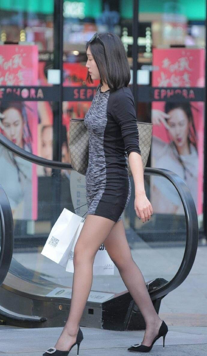 滑丝袜台湾佬_街拍: 包臀裙的成熟少妇, 顺滑丝袜很显身材!
