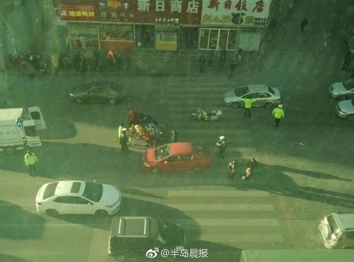 大连一红衣女子早高峰被红色轿车撞伤[吃惊]