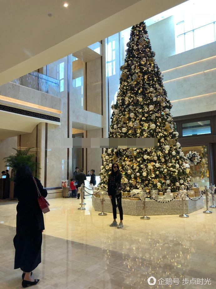 网友澳门偶遇关晓彤 难道要和鹿晗一起过圣诞节?