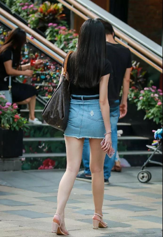大胆想法_街拍: 白嫩诱人性感大长腿, 看完不要有大胆的想法!