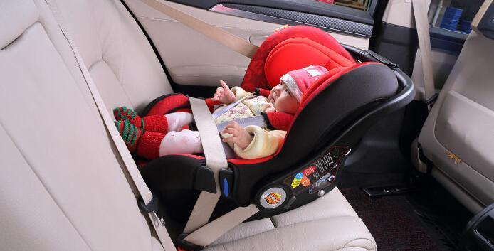 儿童安全座椅都是有组别区分的,根据儿童的体重、年龄在安全座椅规格都可以找到合适的尺寸。也不必要换的太过频繁,毕竟儿童身体长的很快,但一定要保证儿童试坐后能起到保护作用并且舒适。 虽然有很多所谓的多合一安全座椅,号称通过各种变化、组合能满足0-12岁整个年龄阶段的安全座椅。小编是很不建议这种多合一安全座椅的。 首先从安全角度讲,这类座椅多为勉强及格或者不及格。从使用角度讲,这类座椅结构复杂,拆装、组合便利性很差。 现在安全座椅人体固定方式普遍采用五点式固定、前置护体,三点式固定基本已经淘汰,所以选购时