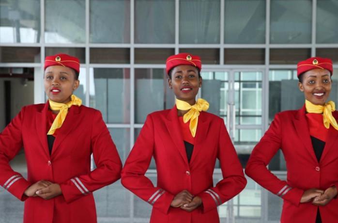 实拍非洲高铁美女乘务员, 礼仪标准笑容迷人, 美貌丝毫不输空姐