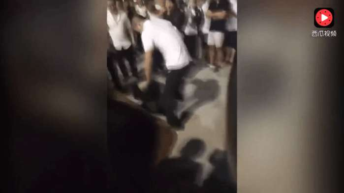 实拍: 人贩子偷小孩被当场抓住, 屡次演戏蒙骗群众, 被孩子父亲暴打