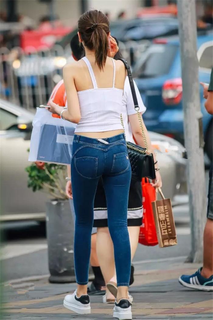 街拍: 紧身牛仔裤美女, 颜色身材应有尽有, 打造街头潮女范