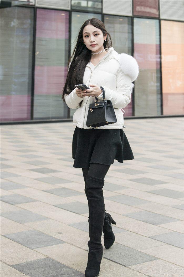 白色短款棉衣毛翻领,迷你裙,过漆靴黑丝袜,黑白色彩搭配经典,美女长发
