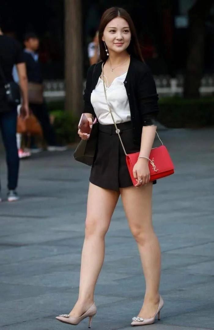 有个微胖大奶的女人照片_真丝吊带配黑色短裙的美少妇,微胖的女人才是最有味道