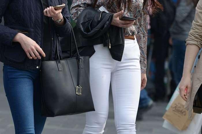 街拍女神: 丰臀洋美女, 白色紧身裤根本就装不下!