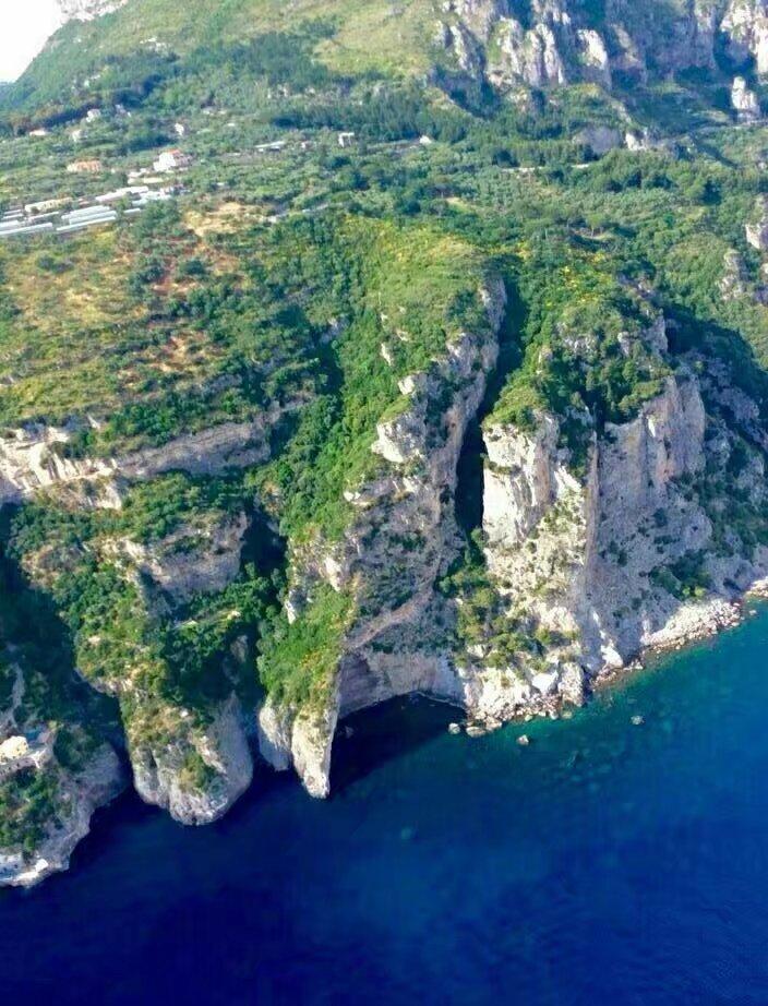 俯视这片海,这样的海岸线,非常安全,风景也最美.
