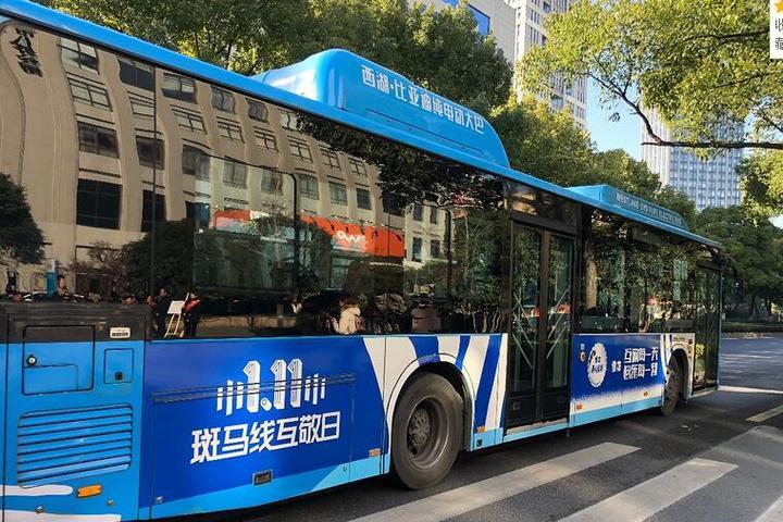 司机礼让行人点赞,这个小动作今天温暖了整个杭州