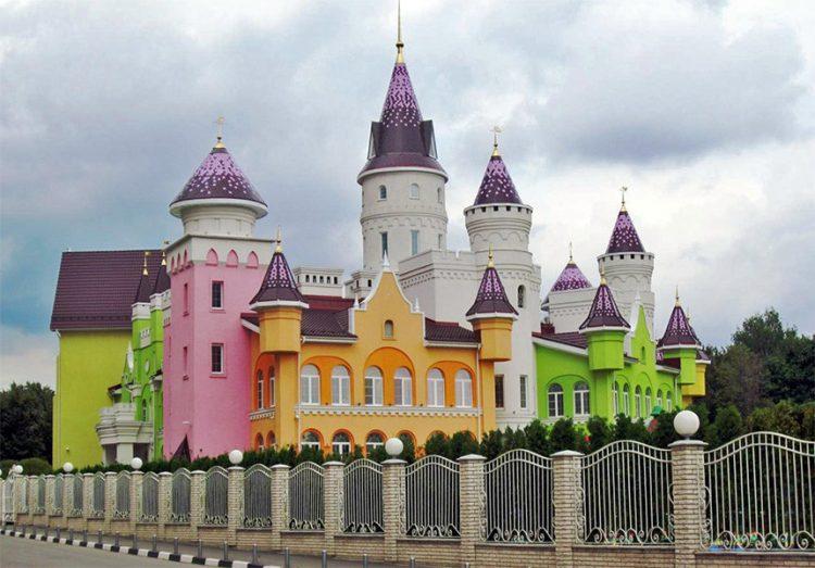 童年城堡是一所私立幼儿园,学费每个月需要2.8万卢布.