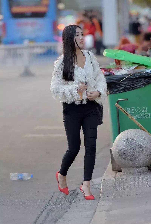 街拍:又纯又美的小美女人不自知的优雅人妻范!