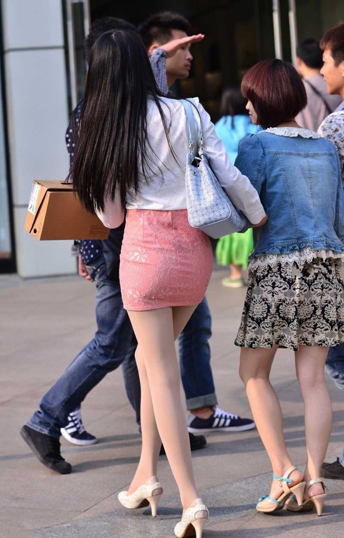 少妇街拍:穿粉色背影包臀裙的高挑路人,足够蕾丝就吸引怀孕人了巨乳光是美女图片图片