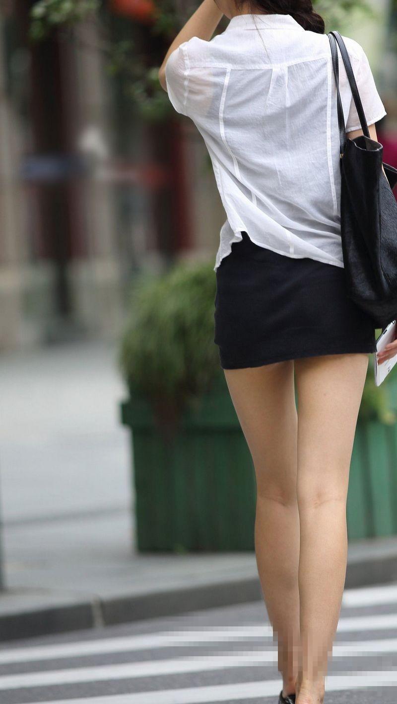 求露屄的女人_路人街拍:穿着比齐逼还短的短裙艺校女生,想装清纯却不小心露了馅