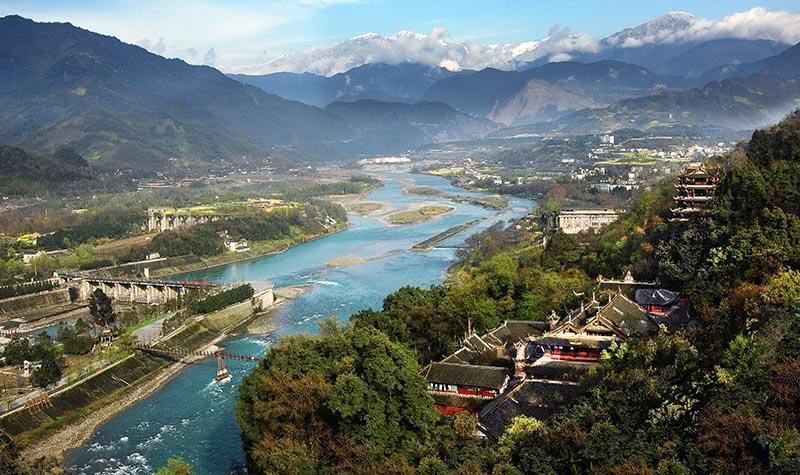 都江堰風景區坐落在四川省成都平原西部的岷江上,位于四川省都江堰市