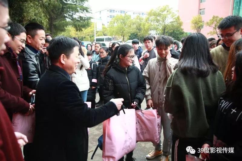 """东华理工大学举行""""暖冬行动""""衣物捐赠仪式"""