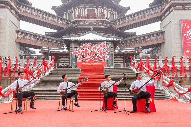 陕北秧歌热闹现身西安大唐西市 今年春节到榆林过大年