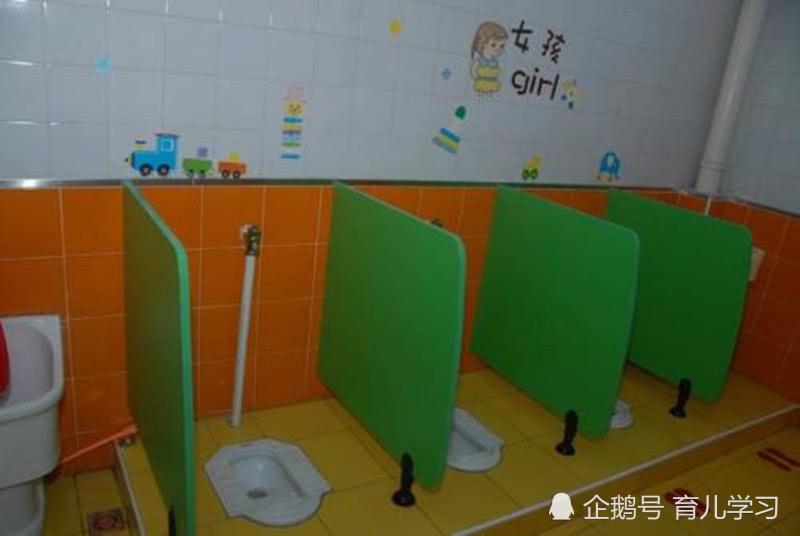 3:大便后没有人细心处理 在家里,父母会细心的擦干净,不少父母还会专门弄水给宝宝洗一下,而在幼儿园里,大多是擦几下了事,要是擦不干净,宝宝会觉得不舒服。 你家的孩子,或者你小时候,一般是在家大便还是在学校大便呢?