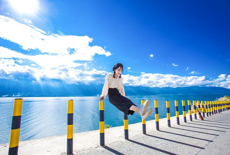 这里有 来洱海必须拍照留念的白桌子玻璃球 蔚蓝世界的一抹白 给你图片
