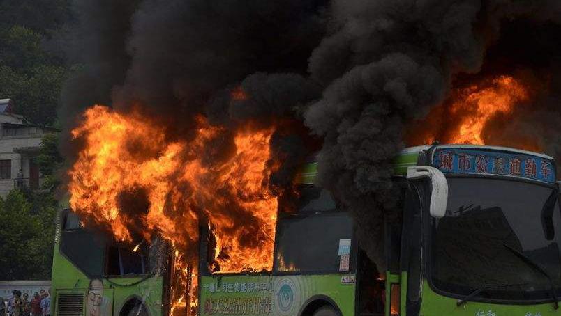 公交车突燃大火 热心市民砸窗灭火