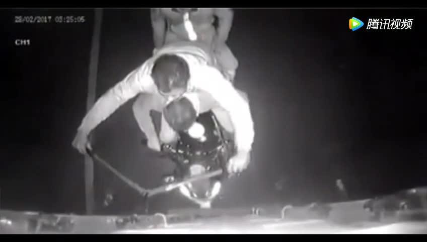 国外重卡公路黑夜行车,车尾记录仪却录到这奇怪一幕!