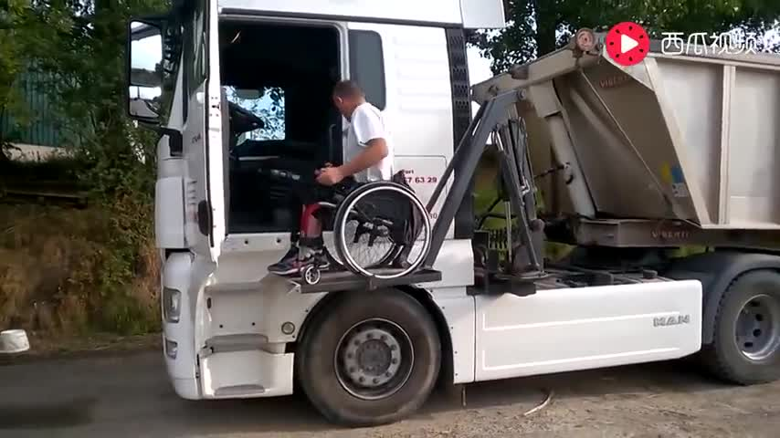 行走不便如何爬上卡车?老外的这个设计太聪明了