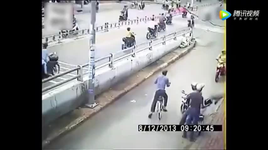 两男子骑摩托车抢包没想到被彪悍壮男直接秒杀