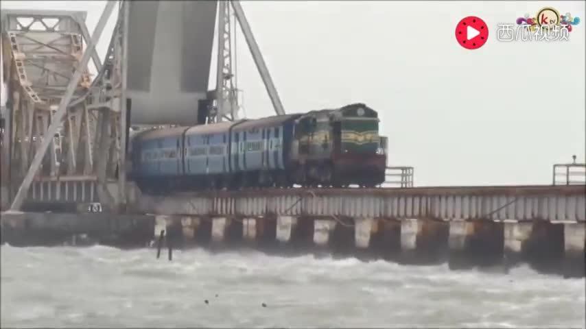 世界上最危险的铁路!车上的游客往外看腿会发软