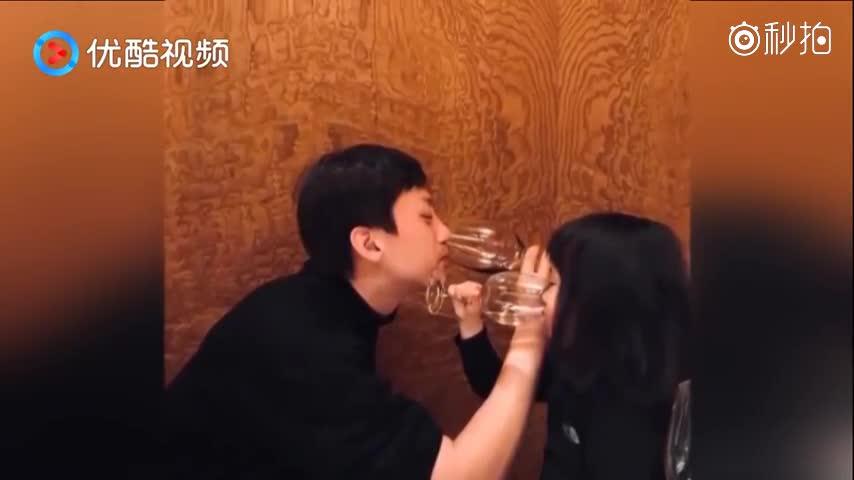 超暖超幸福! 邓超和小花妹妹穿亲子装喝交杯酒