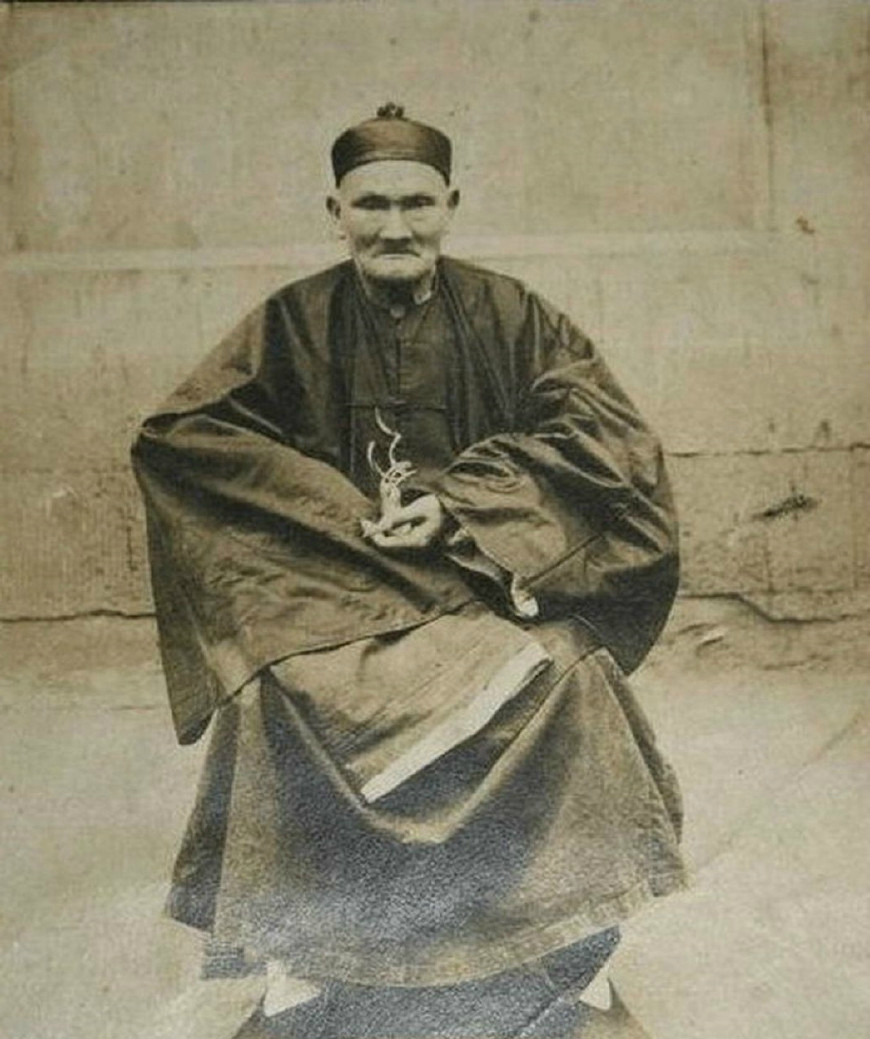 李庆远,男,生于清朝康熙十六年(1677年),卒于民国二十二年(1933年)