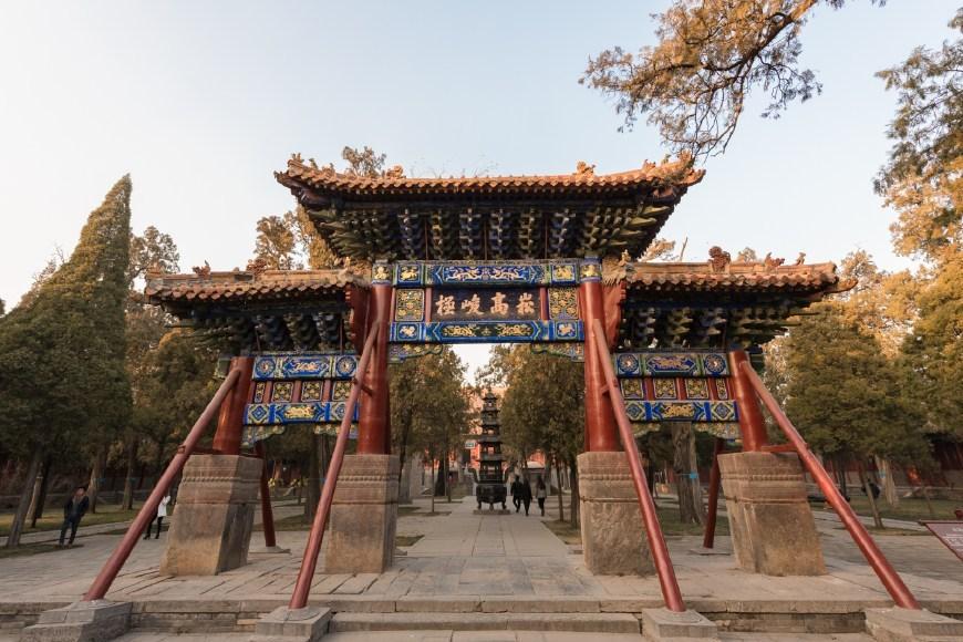 建筑高大雄伟,主殿峻极殿是五岳中最大的殿宇,现在的中岳庙是道教活动