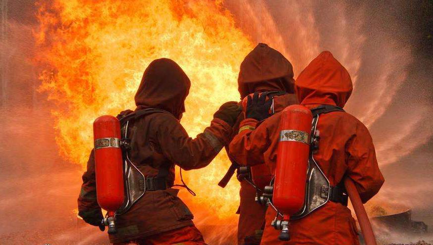 被困火中得救 消防员脱衣为老人御寒