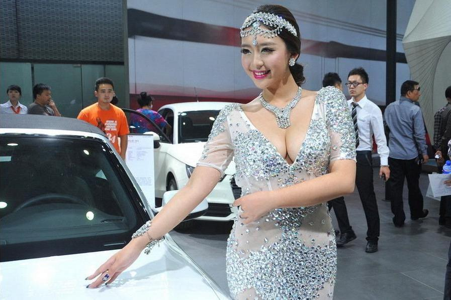 来看中国顶级车模曹阳:撩倒众生,仅凭一个汽车电动尾门