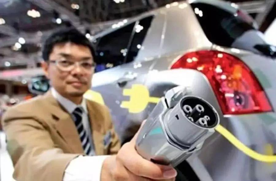 新能源车彻底碾压燃油车,充电一分钟能跑800公里的超级电池诞生