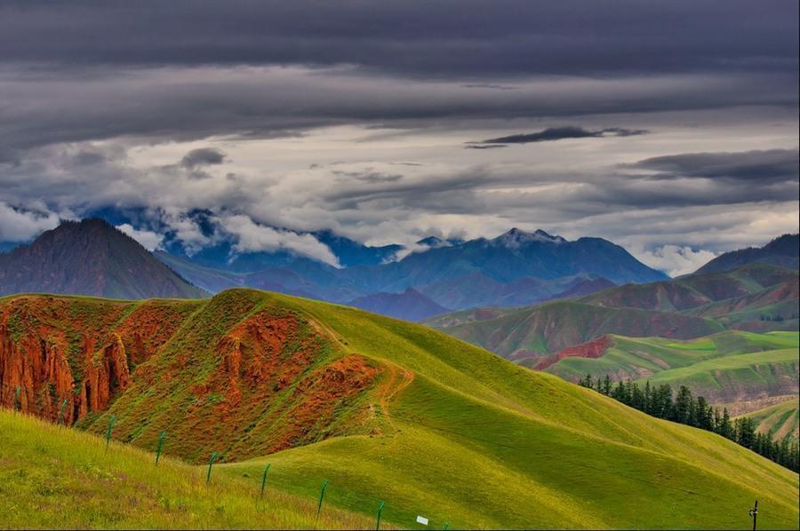 卓尔山位于青海省祁连县八宝镇,紧靠八宝河与藏区神山阿咪东索(牛心山