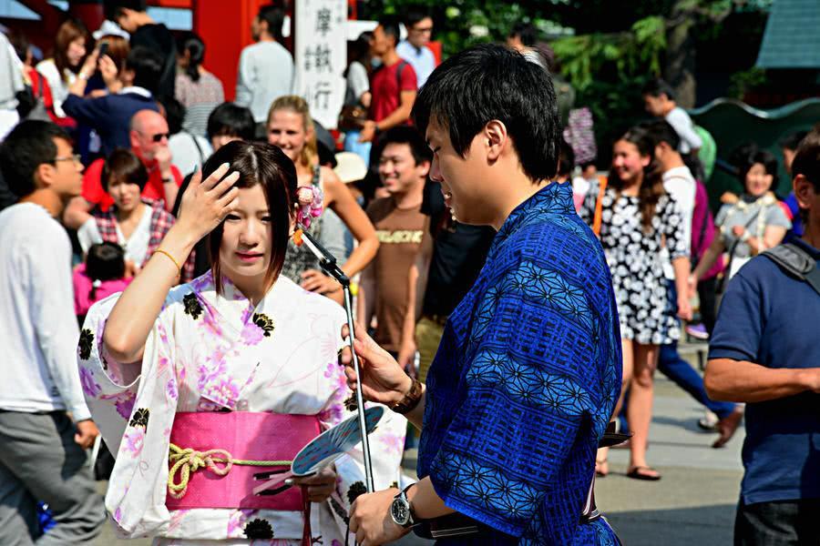 日本人来到中国旅游,看到路边小吃,直言:不会买