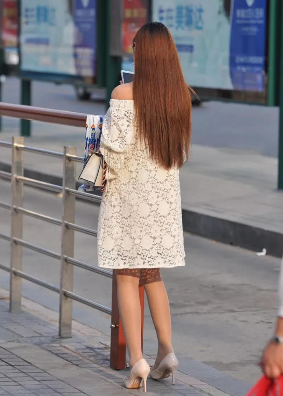 小羽街拍:高挑长裙美女,香肩半露,肉丝高跟鞋很