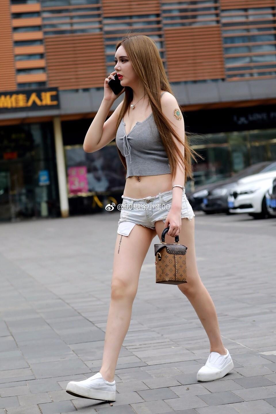 素人街拍:俄罗斯混血儿小姐姐,完美性感翘臀超短裤