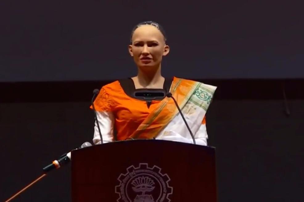 【机器人索菲亚访印度称自己像赫本 被求婚后婉拒】当地时间2017年12